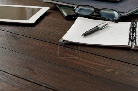 Photo pour Ouvrez un ordinateur portable, une tablette, des lunettes et des dossiers sur la table de bureau. Espace de copie. Espace libre pour le texte. Vue du dessus - image libre de droit