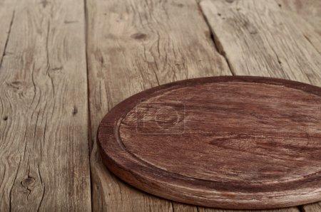 Photo pour Table de cuisine en bois avec plateau rond. Style rustique. Espace de copie. Espace libre pour l'objet - image libre de droit
