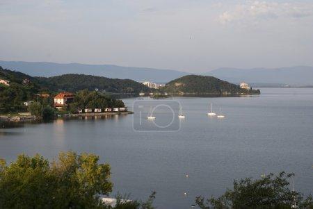 Foto de Barco en el Sirava de lago, turismo servicios turísticos antigua, vista de las montañas y lago Sirava en Eslovaquia, fragmento widkou del lago con flotante después de los yates y casas residenciales - Imagen libre de derechos