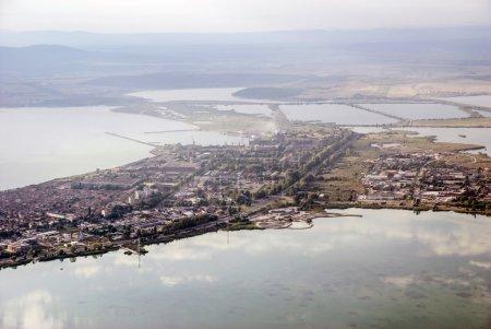 Photo pour La ville en Europe, la vue sur la ville de Burgas en Bulgarie, la zone d'eau, la vue du haut des réservoirs d'eau, la ville située entre les plans d'eau - image libre de droit
