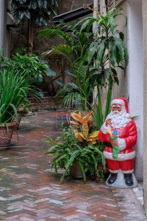 Photo pour Ruelle du quartier français avec décoration et plantes du Père Noël à La Nouvelle-Orléans, Louisiane, USA - image libre de droit