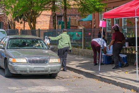 Photo pour NOUVELLE-ORLÉANS, LA - 21 MARS 2020 : Des bénévoles distribuent des repas gratuits aux parents d'écoliers forcés de rester à la maison en raison d'une pandémie de covidé-19 - image libre de droit