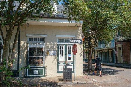 Photo pour NEW ORLEANS, LA, USA - 3 OCTOBRE 2020 : Cosimo's Bar dans le quartier français - image libre de droit