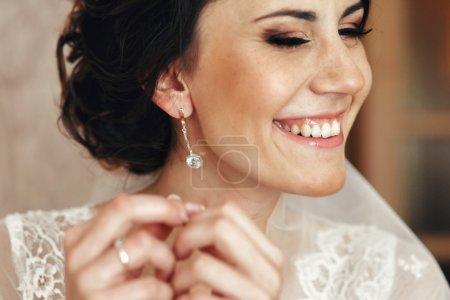 Photo pour Belle mariée brune posant dans le luxueux hôtel chambre closeup - image libre de droit