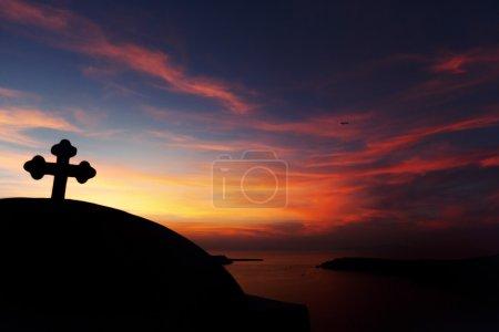 Photo pour Eglise Croix silhouette au coucher de soleil ciel et mer fond violet, paysage - image libre de droit
