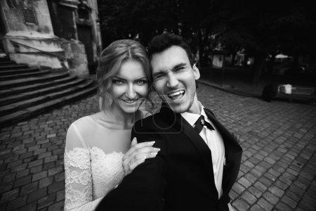 Bräutigam und Braut machen Selfie