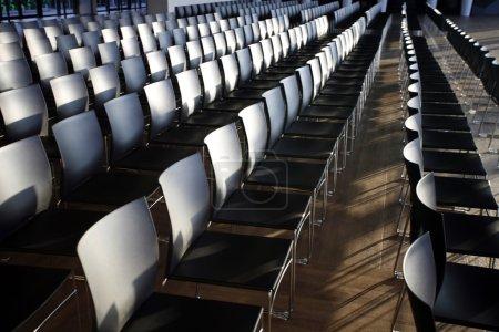 Photo pour Rangées de chaises vides préparés pour un événement d'intérieur - image libre de droit