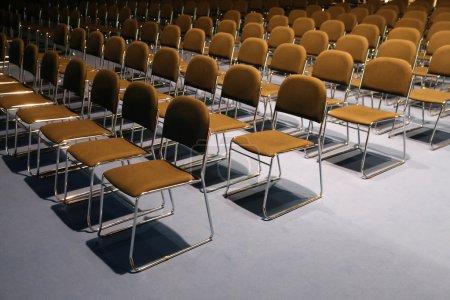 Photo pour Interminables rangées de chaises dans la salle de conférence moderne - image libre de droit