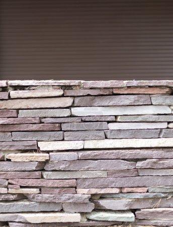 Foto de Pared azulejos suelto en gris piedra con un backgroiund de copyspace - Imagen libre de derechos