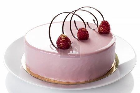 Photo pour Pâtisserie : Gâteau aux framboises aux gelées et soufflé. Isolé sur blanc - Image de la réserve - image libre de droit
