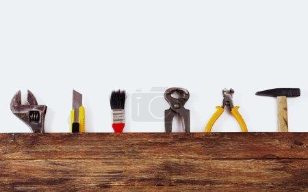 Photo pour Il s'agit d'une photo aérienne d'outils de construction et brosse avec espace de copie sur un fond en bois. Il y a beaucoup d'espace - image libre de droit