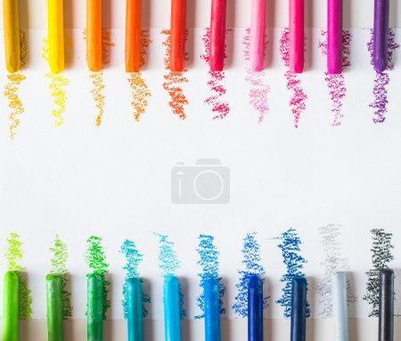 Photo pour Crayons de cire colorés avec des coups - image libre de droit