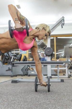 Photo pour Belle femme Gym push-up force push-up exercice avec haltère dans un entraînement de remise en forme - image libre de droit