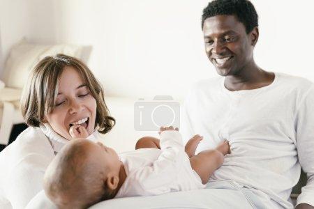 Foto de Feliz familia, madre, padre y bebé jugando. - Imagen libre de derechos