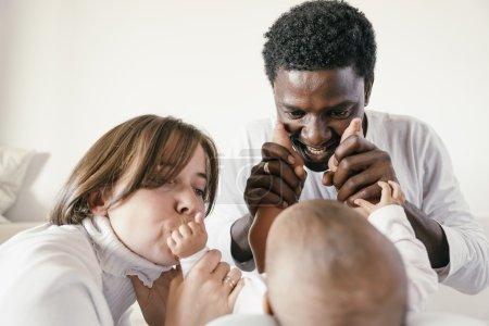 Foto de Feliz familia, madre, padre y bebé en casa - Imagen libre de derechos