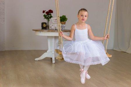 Foto de Retrato de little linda bailarina en columpio. Concepto de princesa. Cola de hadas - Imagen libre de derechos