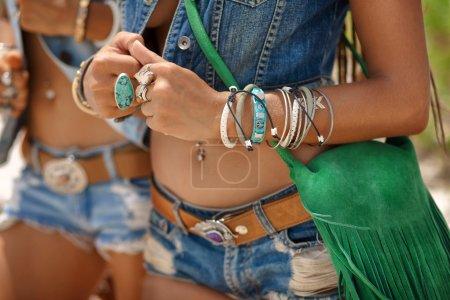 Foto de Primer plano de chicas hippie hermosa en ropa vaquera al aire libre - Imagen libre de derechos
