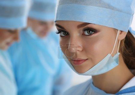 Porträt einer Chirurgin mit Blick in die Kamera