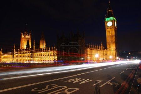 Photo pour Big Ben et Westminster Abbey dans la nuit avec le trafic venant de passé - image libre de droit