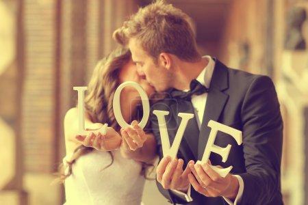 Photo pour Heureuse mariée et le marié maintenant des lettres d'amour - image libre de droit