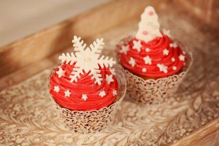 Photo pour Deux cupcakes rouges - image libre de droit