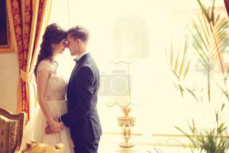Photo pour Mariée et marié dans une chambre d'hôtel - image libre de droit