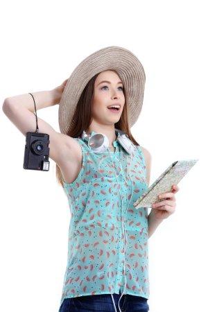Foto de Retrato de mujer turista feliz en sombrero de vacaciones sobre fondo blanco - Imagen libre de derechos