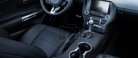 Photo pour Photos de stock de pièces de cuir et chrome noirs à l'intérieur de la voiture - image libre de droit