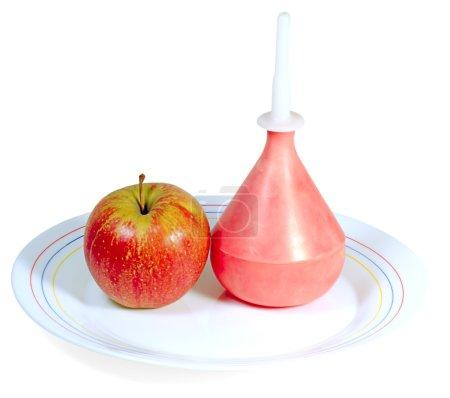 Photo pour Pomme et lavement sur plaque de porcelaine isolée sur blanc - image libre de droit