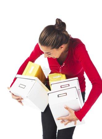 Frau trägt Kisten