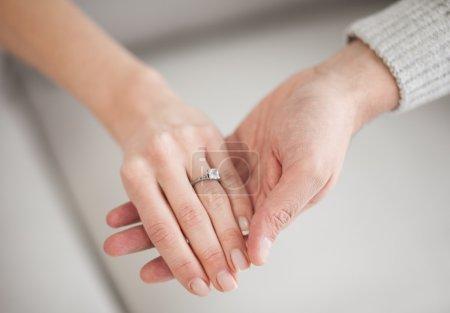mains avec bague de mariage