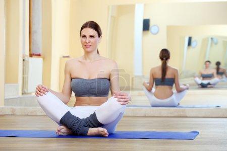 Photo pour Exercice yoga de belle jeune femme - image libre de droit