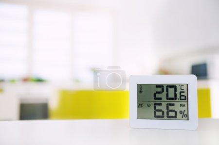 Photo pour Mesure de la température et de l'humidité dans la chambre - image libre de droit
