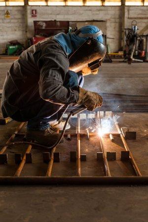 Travailleur la structure d'acier de soudage