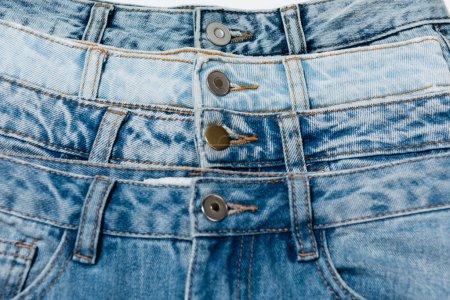 Photo pour Vue rapprochée de différents jeans bleus - image libre de droit