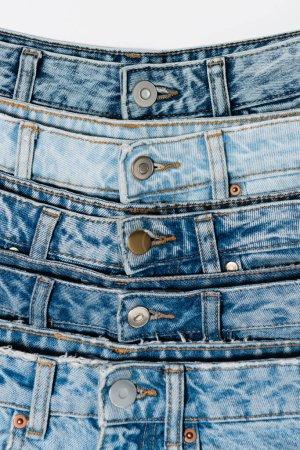Photo pour Vue rapprochée de divers jeans bleus isolés sur blanc - image libre de droit