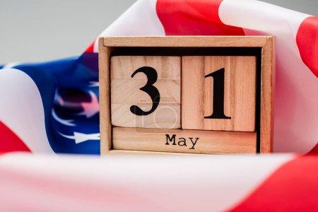 Photo pour Vue rapprochée du calendrier avec 31 mai date sur drapeau américain sur fond gris - image libre de droit