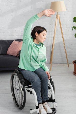 Photo pour Femme en fauteuil roulant travaillant à la maison - image libre de droit