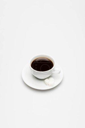 Photo pour Tasse de café frais et cubes de sucre sur soucoupe sur blanc - image libre de droit