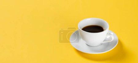 café noir en tasse blanche sur fond jaune, bannière