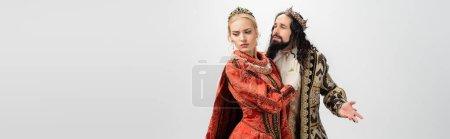 Photo pour Roi et reine interracial en vêtements médiévaux et couronnes isolées sur blanc, bannière - image libre de droit