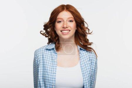 heureuse jeune femme en chemise à carreaux bleu isolé sur blanc