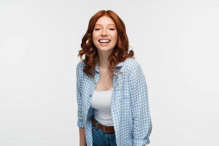alegre pelirroja en camisa a cuadros aislada en blanco