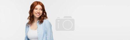 mujer pelirroja complacida con camisa a cuadros aislada en blanco, pancarta