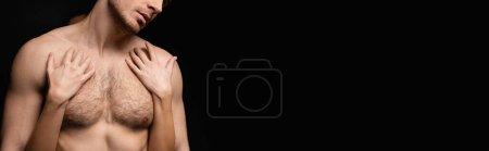 abgeschnittene Ansicht von Frau umarmt hemdlosen und muskulösen Mann isoliert auf schwarz, Banner
