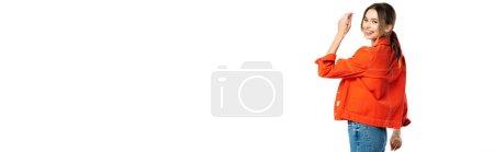 heureuse jeune femme en jeans et chemise orange isolée sur blanc, bannière