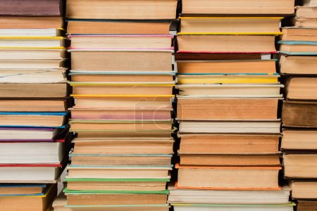 Photo pour Pile de différents livres en couverture rigide - image libre de droit