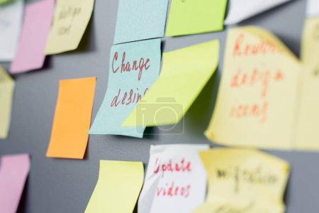 Photo pour Notes collantes colorées avec lettrage à bord dans le bureau - image libre de droit