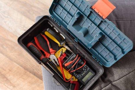Photo pour Vue de dessus de la boîte à outils moderne avec différents instruments - image libre de droit