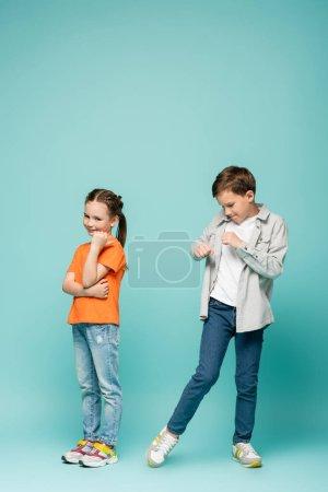 nieśmiała dziewczyna stoi w pobliżu chłopiec taniec na niebieski